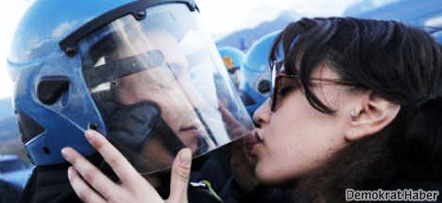 Polis kaskını öpmek 'cinsel taciz' suçu sayıldı