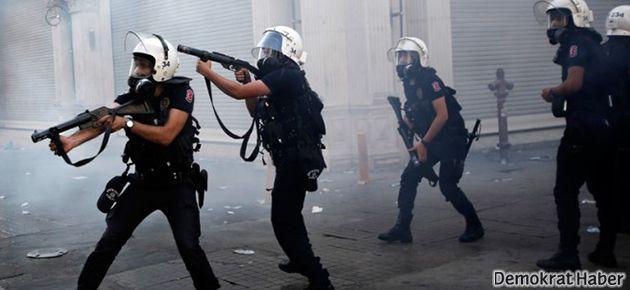 Polis şarkı söyleyen gruba gazı 'el altından' attı