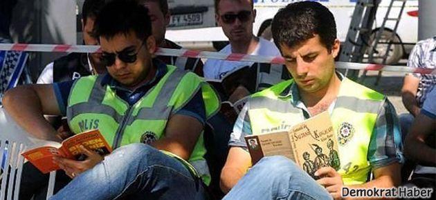 Polisten 'duran' eylemcilere karşı kitap okuma hamlesi