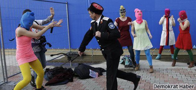 Pussy Riot üyeleri Soçi'de kırbaçlandı