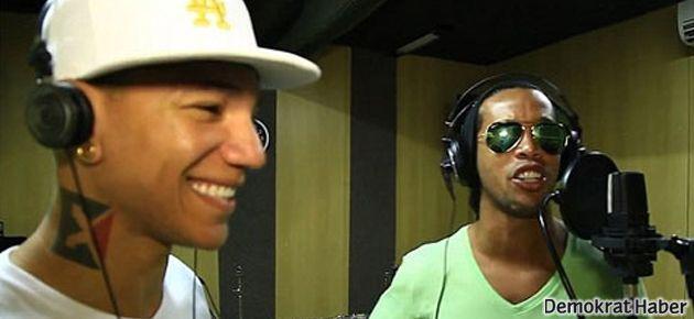 Ronaldinho Dünya Kupası için şarkı söyledi