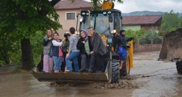 Sakarya'da dere taştı, selde bir işçi kayboldu