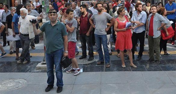 Selahattin Demirtaş broşürü dağıtanlara saldırı