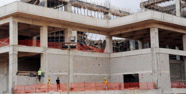 Spor salonu inşaatında iskele çöktü: 4 yaralı