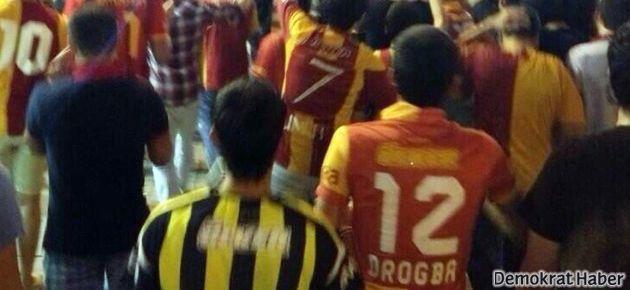 Taraftarlar Taksim'de yine omuz omuzaydı