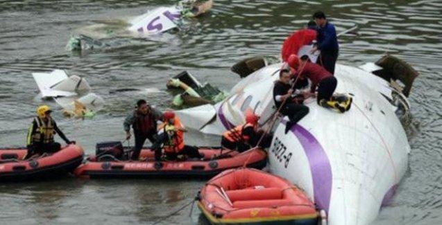 Tayvan'da yolcu uçağı köprüye çarptı: 12 ölü