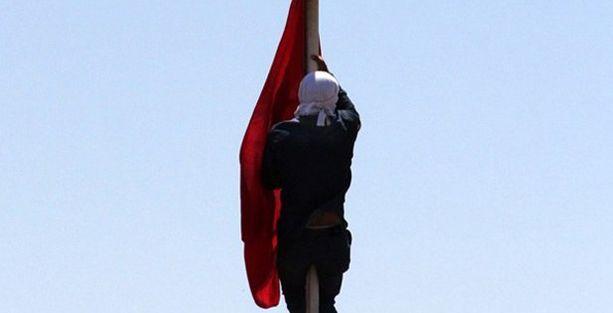 Türk bayrağını indiren kişi yakalandı iddiası