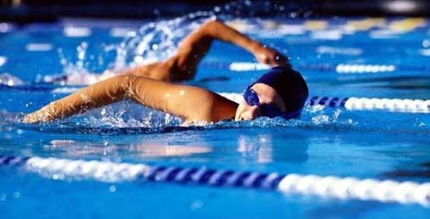 Üniversitenin yüzme havuzunda hoca erkek diye havuz kadınlara kapalı!