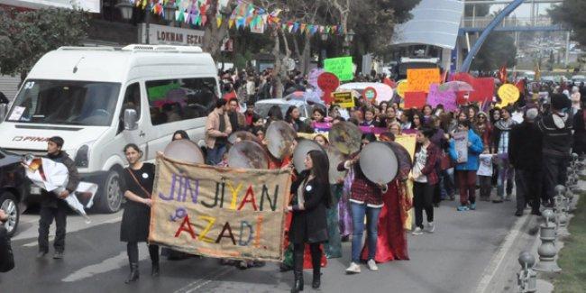 Urfa'da polise rağmen 8 Mart: YPJ bayrağına yapılan gözaltılara kadınlar engel oldu