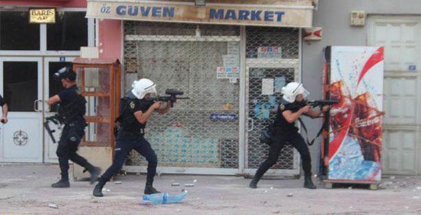 Van'da BDP binasına gaz bombaları atıldı