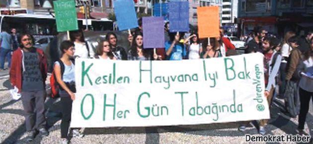 Veganlar, bayramdaki 'hayvan katliamını' protesto etti
