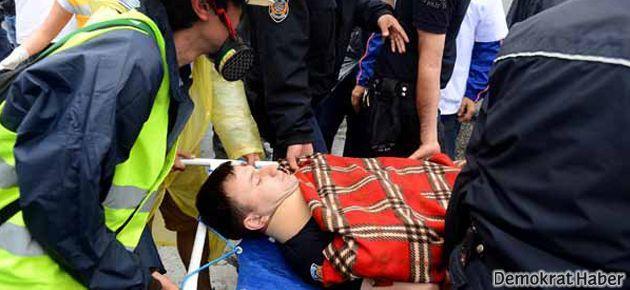 Yaralanan polise eylemciler yardım etti