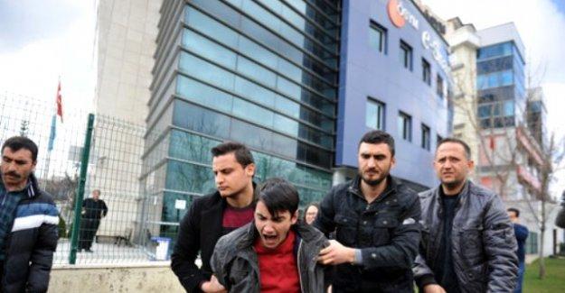 YGS'yi protesto eden öğrenciler kendilerini ÖSYM binasına zincirledi