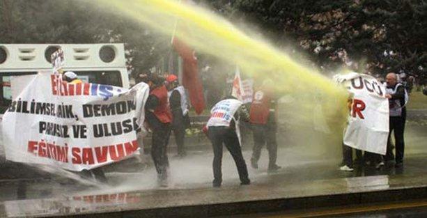 'Yolsuzluğu' protesto eden eğitimcilere polis saldırısı