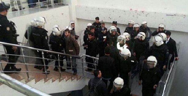 YTÜ'de Davutoğlu afişi asan öğrenciler gözaltına alındı