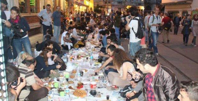 Zengin iftar sofralarına karşı Yeryüzü Sofrası'nda buluştular