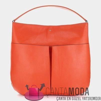 8d8125ba79107 Klasikleşen çanta modellerinin yanı sıra iki sezondur, daha spor ve daha  renkli çanta modellerini de görüyoruz. Modanın belirleyici isimlerinden  biri olan ...