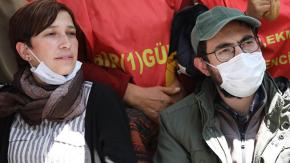Polis açlık grevindeki Özakçanın eşi ve annesini yerde sürükledi