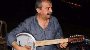 Sırrı Süreyya 'Vicdan ve Adalet Nöbeti'nde cümbüş çaldı